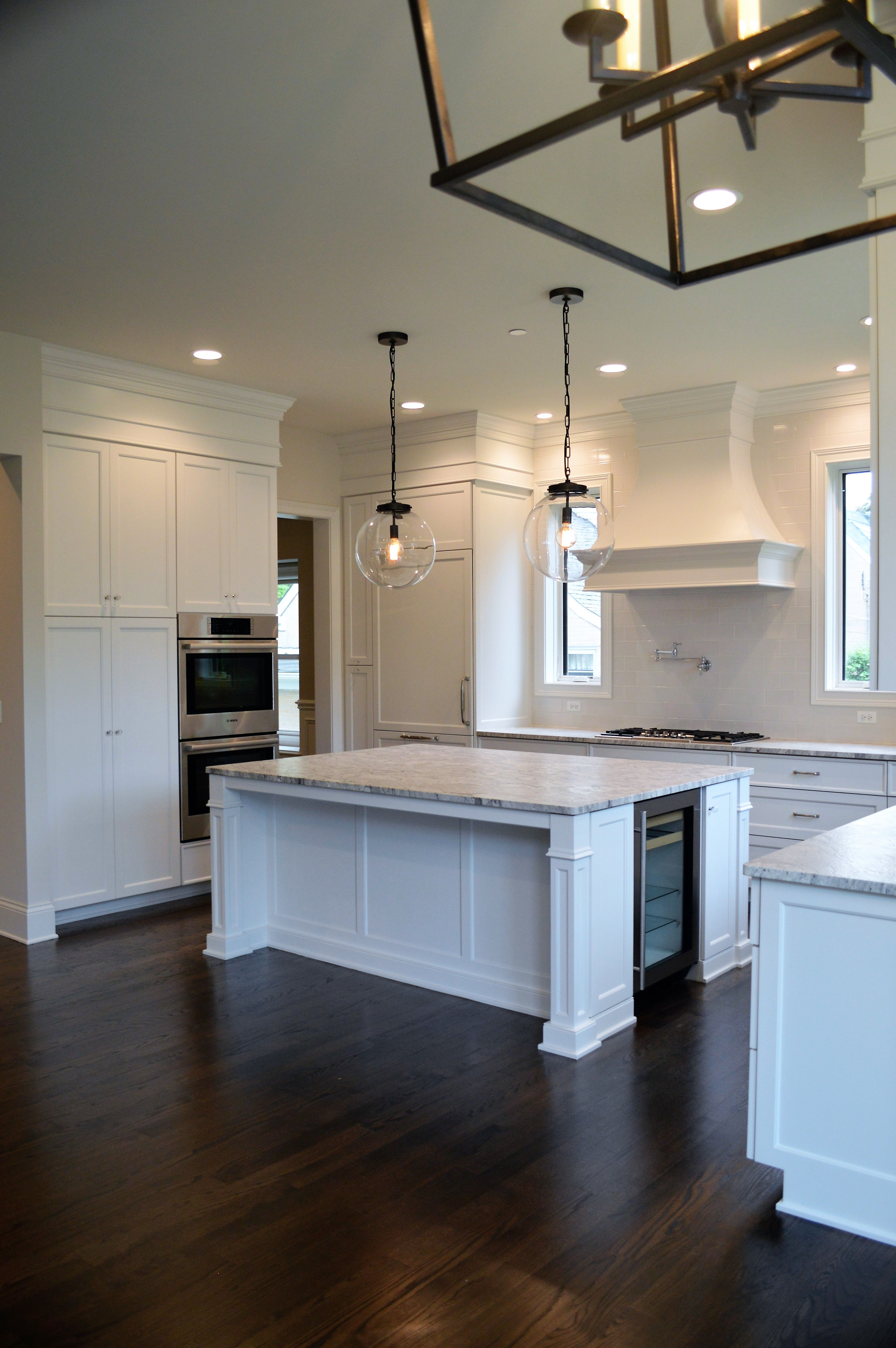 Stunning White Kitchen Cabinets With Matching Range Hood Over The Built In Pot Filler The Oversiz Gorgeous White Kitchen Kitchen Remodel Best Kitchen Lighting