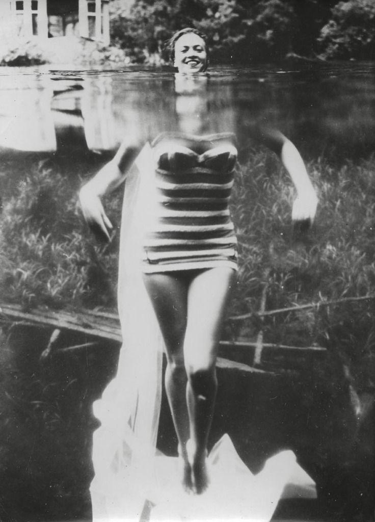 """Lot n° 67 Photographe anonyme """"Elle a perdu la tête"""", 1962 Tirage argentique d'époque."""
