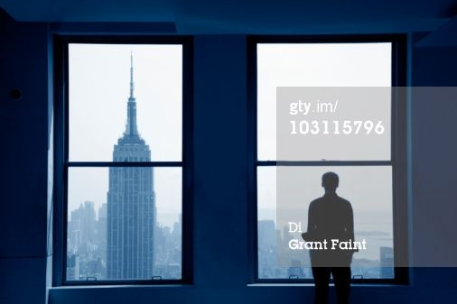 Foto stock : Young man looking out at Manhattan skyline