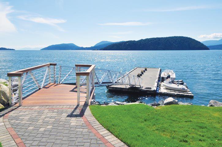 比鄰天涯:毗鄰都市,馬蹄灣畔的世外桃源,享受Howe Sound遙遠如夢境般的幽靜,4間臥室,4間浴室,1個網球場,多姿多彩的美麗生活盡在其中。 CAN $3,288,333