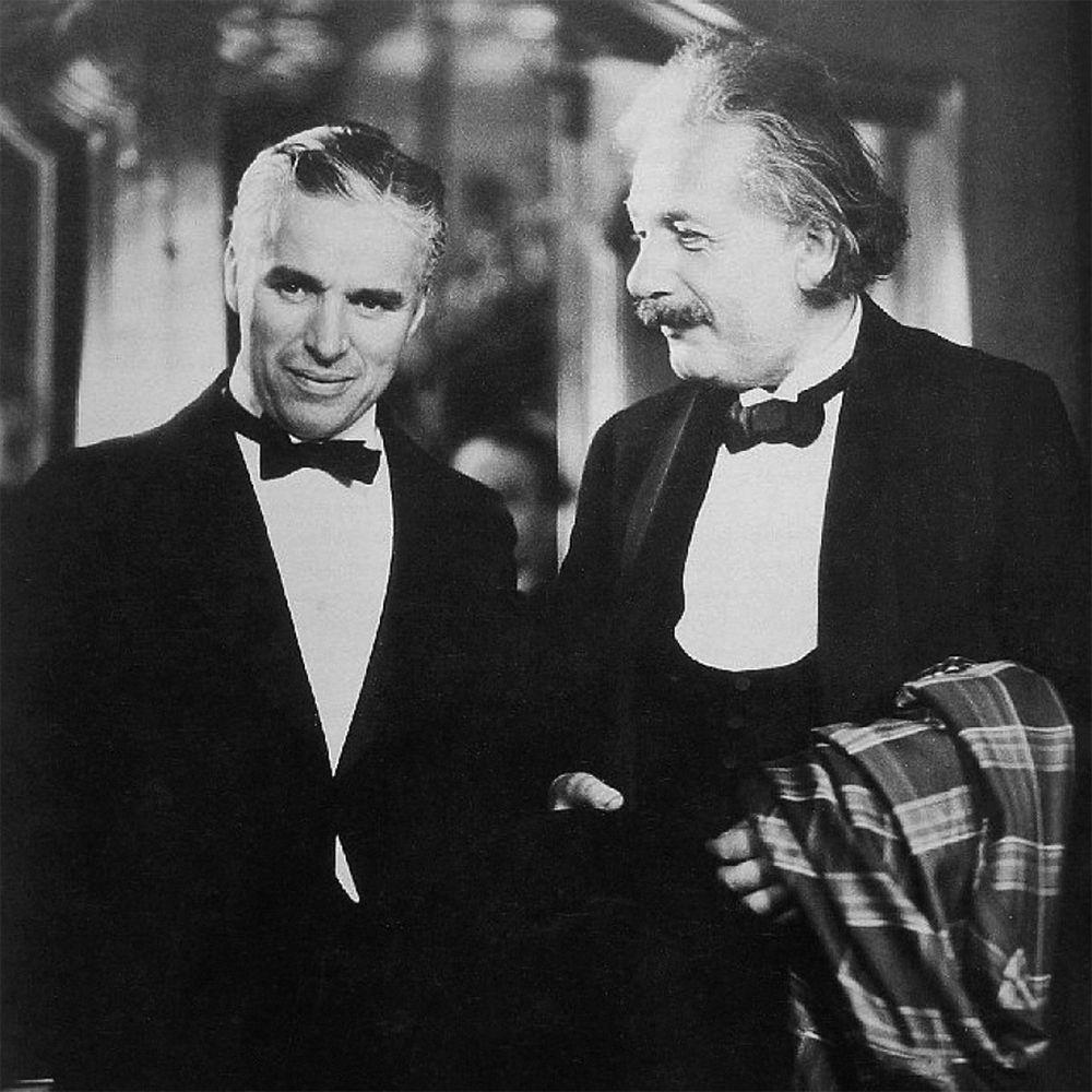 """Albert Einstein tegen Charlie Chaplin tijdens hun ontmoeting: """"Wat ik het meeste aan jouw kunst bewonder is dat het universeel is. Je zegt geen enkel woord en de hele wereld begrijpt je."""" Waarop Chaplin zegt: """"Dat is waar. Maar jouw roem is groter! De hele wereld bewondert jou, terwijl niemand je begrijpt!""""..."""