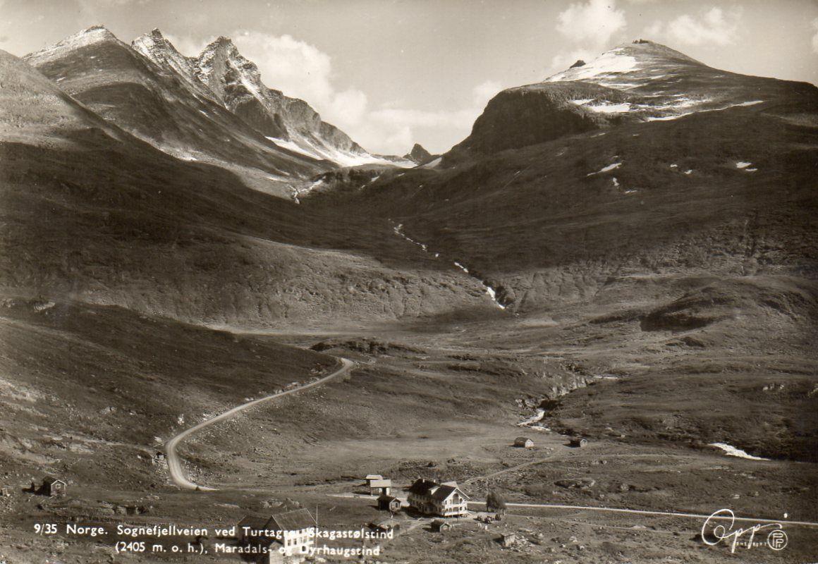 Sogn og Fjordane fylke Sognefjellveien ved Turtagrø med Hotellet. Skagastølstind, Marsdals- og Dyrhaugstind Brukt 1949. Utg Oppi