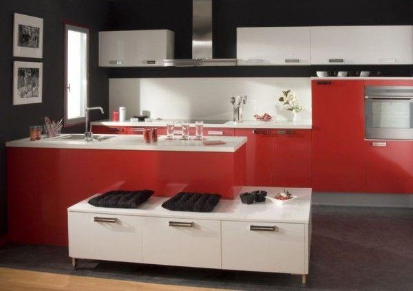 Pose d\u0027une cuisine équipée avec meubles rouges et plan de travail