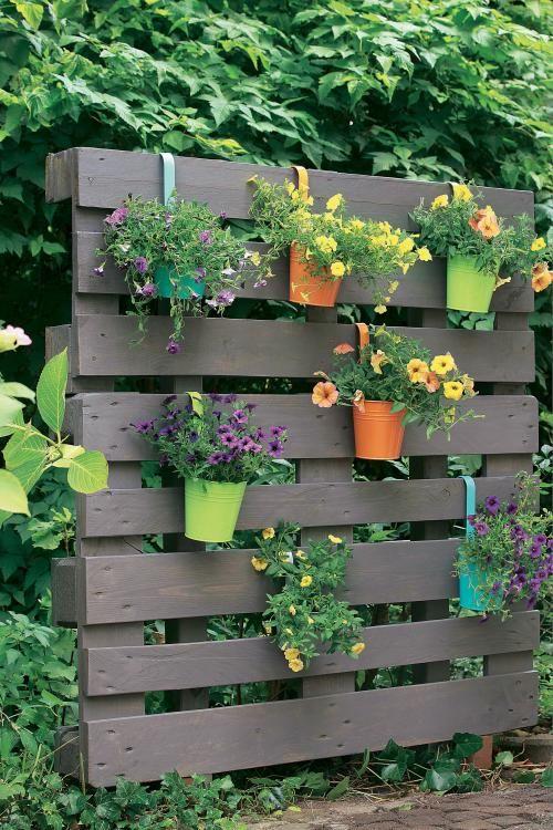 Kreativ Idee So Wird Aus Paletten Ein Bluhender Sichtschutz Gartengestaltung Ideen Paletten Garten Paletten Ideen Garten