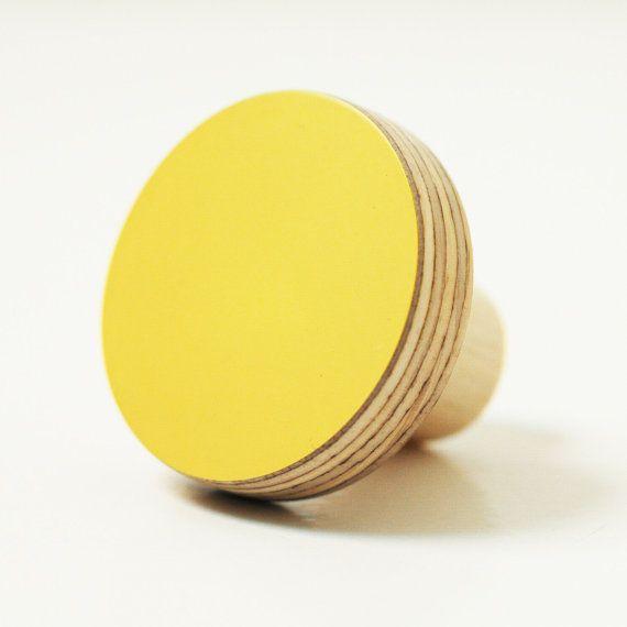 zitronengelb knobs m belkn pfe inspiriert vom bauhaus farbe und formen k che bauhaus. Black Bedroom Furniture Sets. Home Design Ideas