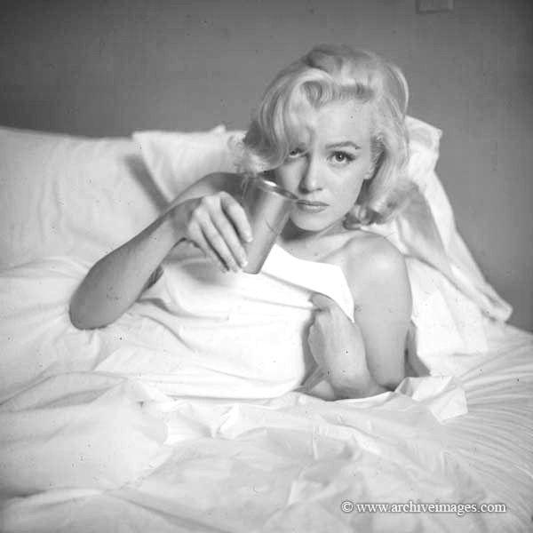 Milton Greene Marilyn Monroe Bed Sitting Marilyn Monroe Photos Marilyn Monroe Marilyn