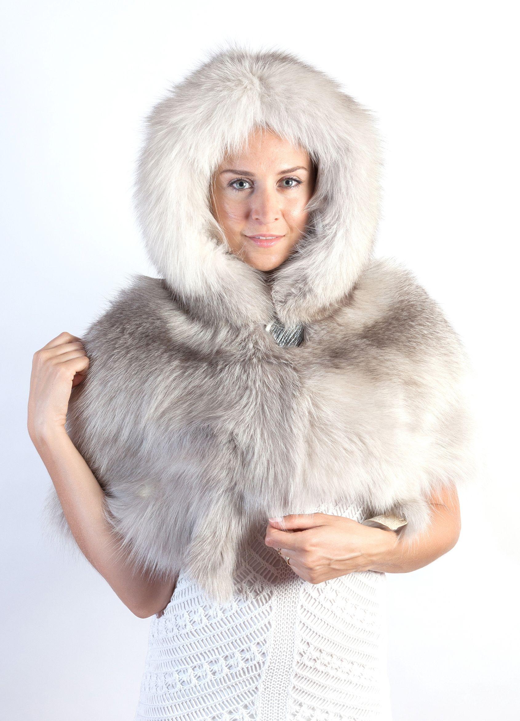 new concept cf190 a4ac2 Affascinante coprispalle in pelliccia in volpe grigio perla ...