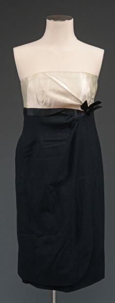 BALENCIAGA  Robe de cocktail en lainage et satin de soie, vers 1950. Haute couture, griffée et numérotée 57861. Provenance: collection Madam...