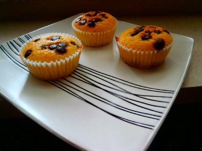 Hrničkové muffiny - Do mísy si dáme 1 hrnek mouky pul hrnku mléka pul hrnku cukru 10 dkg rozpušteného másla kipřicí prášek špetku soli  1 vejce nastrouháme kuru z citro..