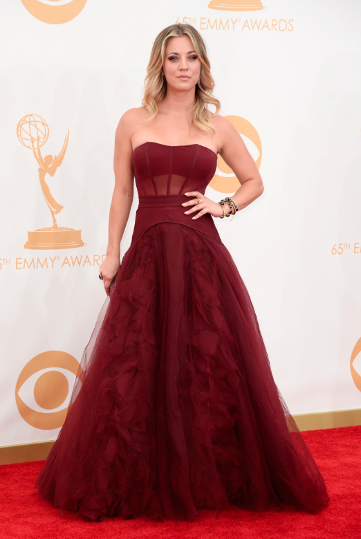 """Kaley Cuoco, de """"The Big Bang Theory"""" (te adoro, Penny), escolheu um vermelho profundo."""