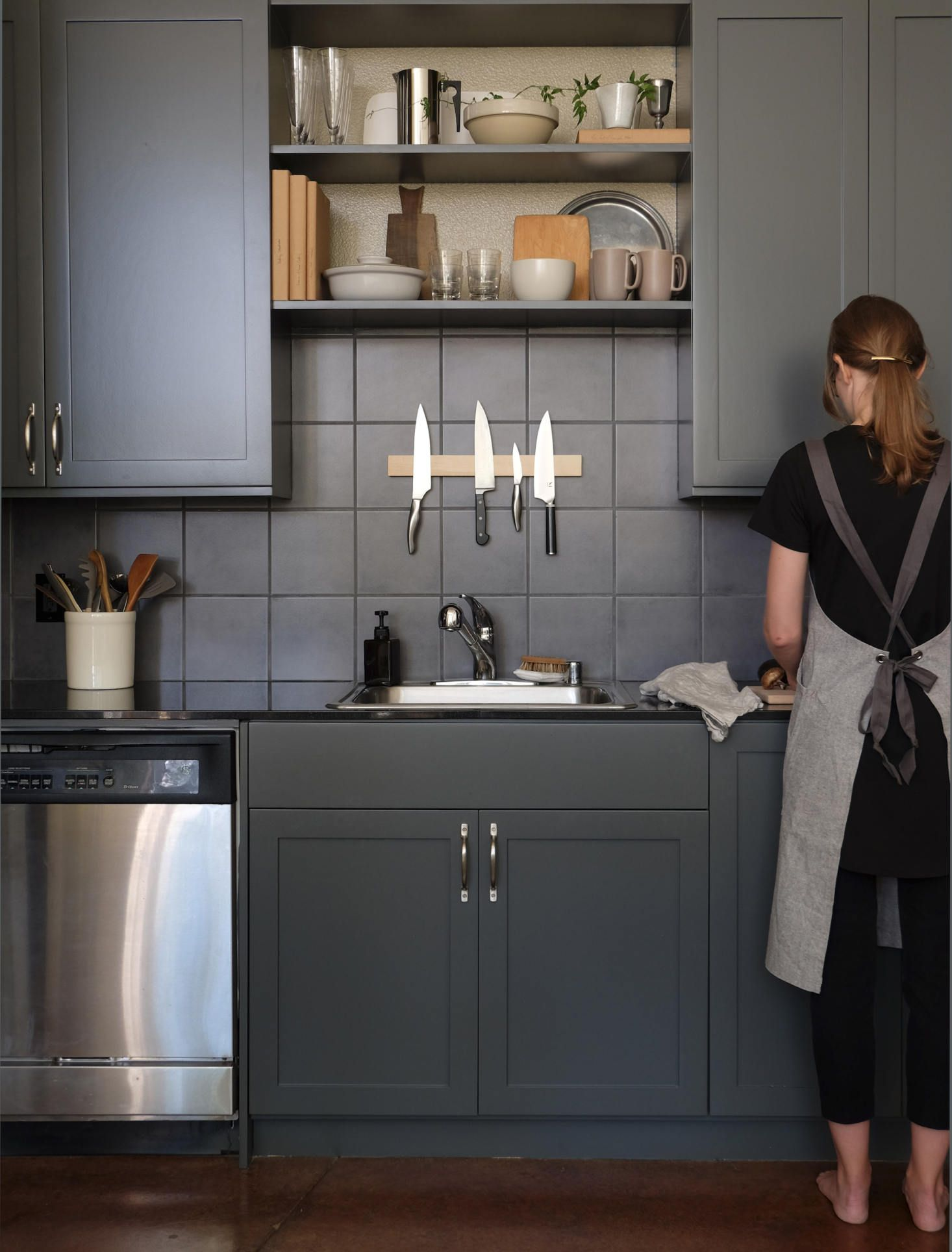 Before After A Remodelista Editor S Dated California Kitchen Gets A Refresh With Images Black Kitchens Kitchen Kitchen Interior