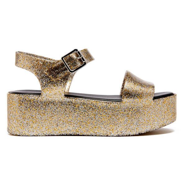 Melissa Women's Mar Flatform Sandals - Gold Glitter (260 BRL) ❤ liked on Polyvore featuring shoes, sandals, gold, flatform sandals, glitter sandals, gold flatform sandals, gold glitter sandals and flat sandals