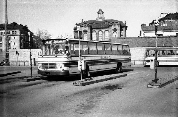 Bussi 248 lähdössä 1970-luvun puolivälissä linja-autoasemalta Laaksolahteen. Paikalla on ...