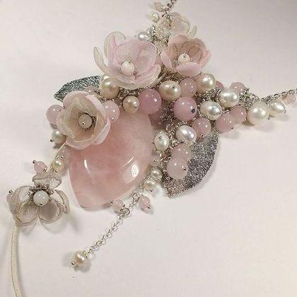 Жемчужно-розовый этюд. Колье, съёмный цветочный декор. - бледно-розовый