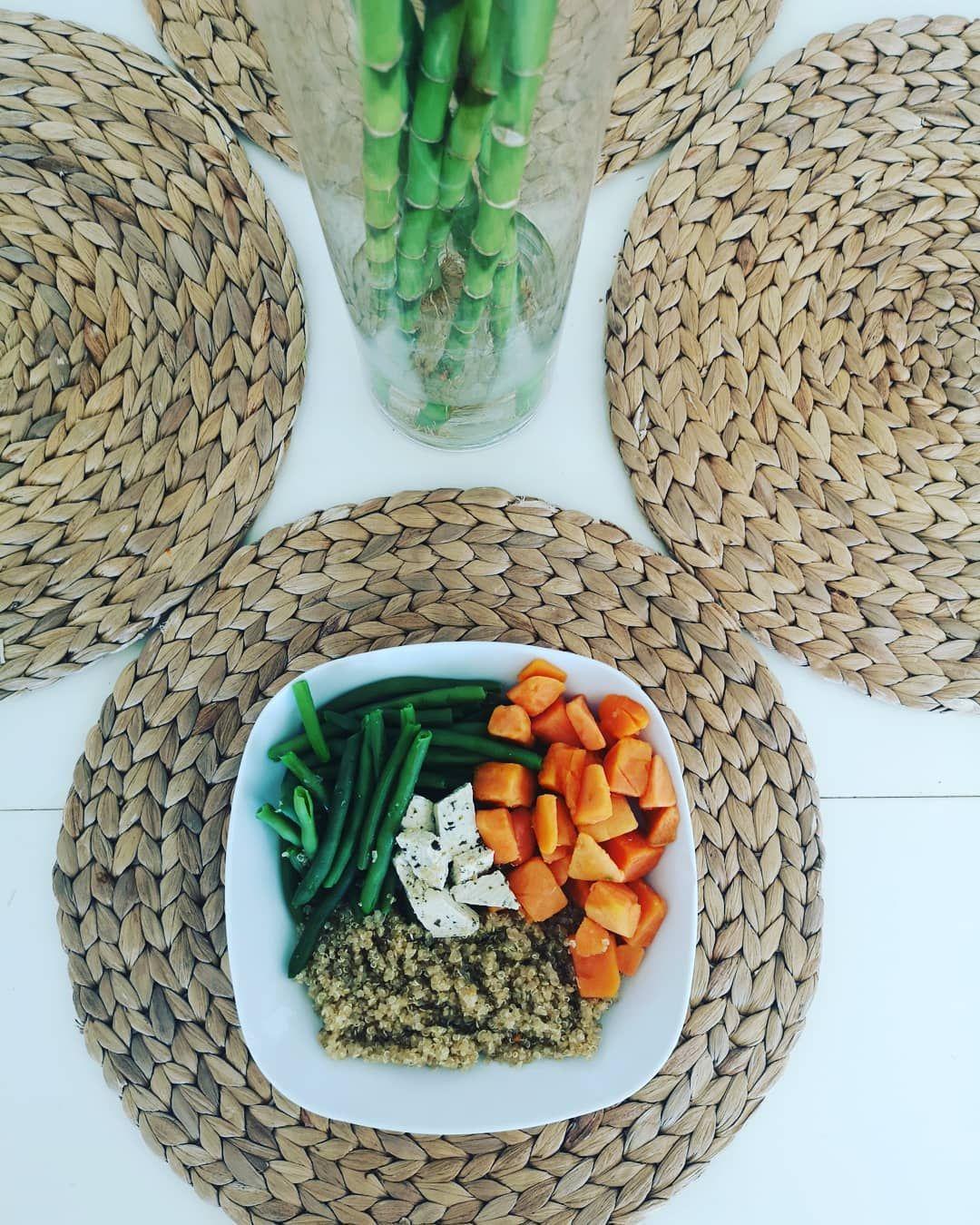 Repas végétarien 🌿simple et rapide.  Haricots verts, dès de patate douce... Quinoa et tofu pour l'apport en protéine. Tofu ; 12g/100g de prot' Quinoa : 13g/100g de prot 🤓 Pour un tofu moins fade, le choisir aromatisé aux herbes, aux olives, au curry, au poivre...