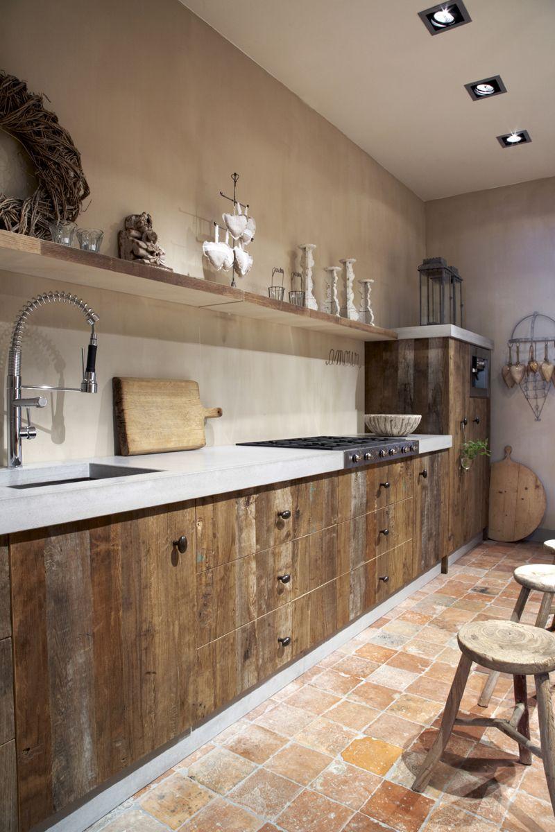 cocina rústica, encimera con acabado microcemento, muebles madera ...