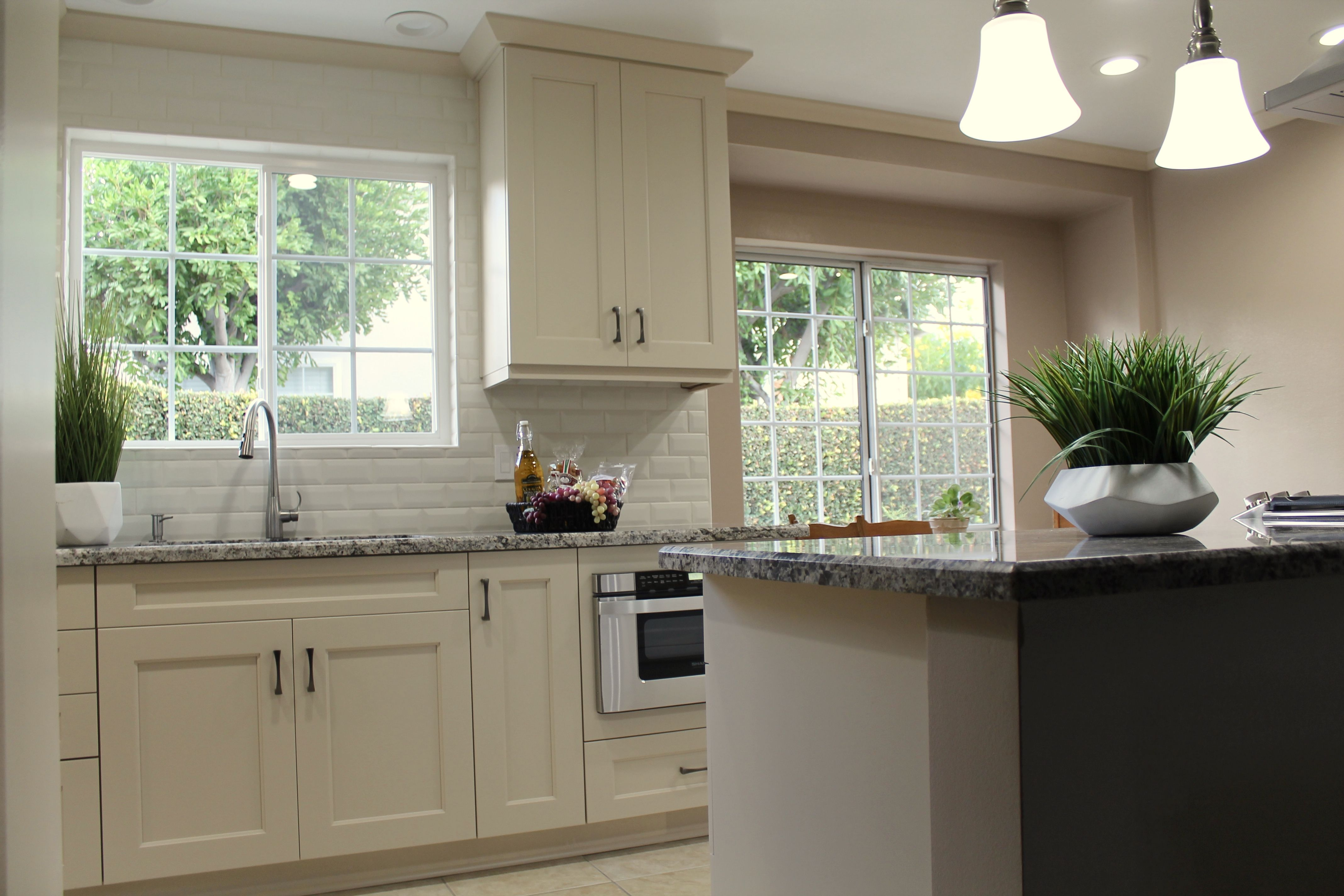 The Opaque Varnish Crema Cabinets On This Simple Door Style Really Allow For The Intricate Granite To Stand Out With Kitchen Refacing Kitchen Cabinetry Cabinet