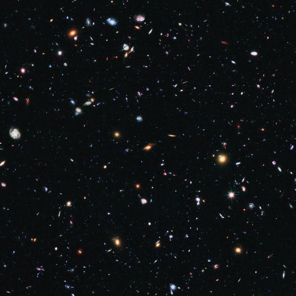 La imagen más profunda del universo.    La fotografía del Campo Ultra Profundo fue tomada por el telescopio espacial Hubble entre septiembre de 2003 y enero de 2004 y es la imagen más profunda del universo tomada con luz visible. Lo que se ve en este diminuto fragmento del cielo explorado por el Hubble son centenares de miles de galaxias más allá de la Vía Láctea.    Ésta es una de las muchas maravillas que, tras 22 años de servicio, el telescopio espacial Hubble ha puesto ante nuestros…