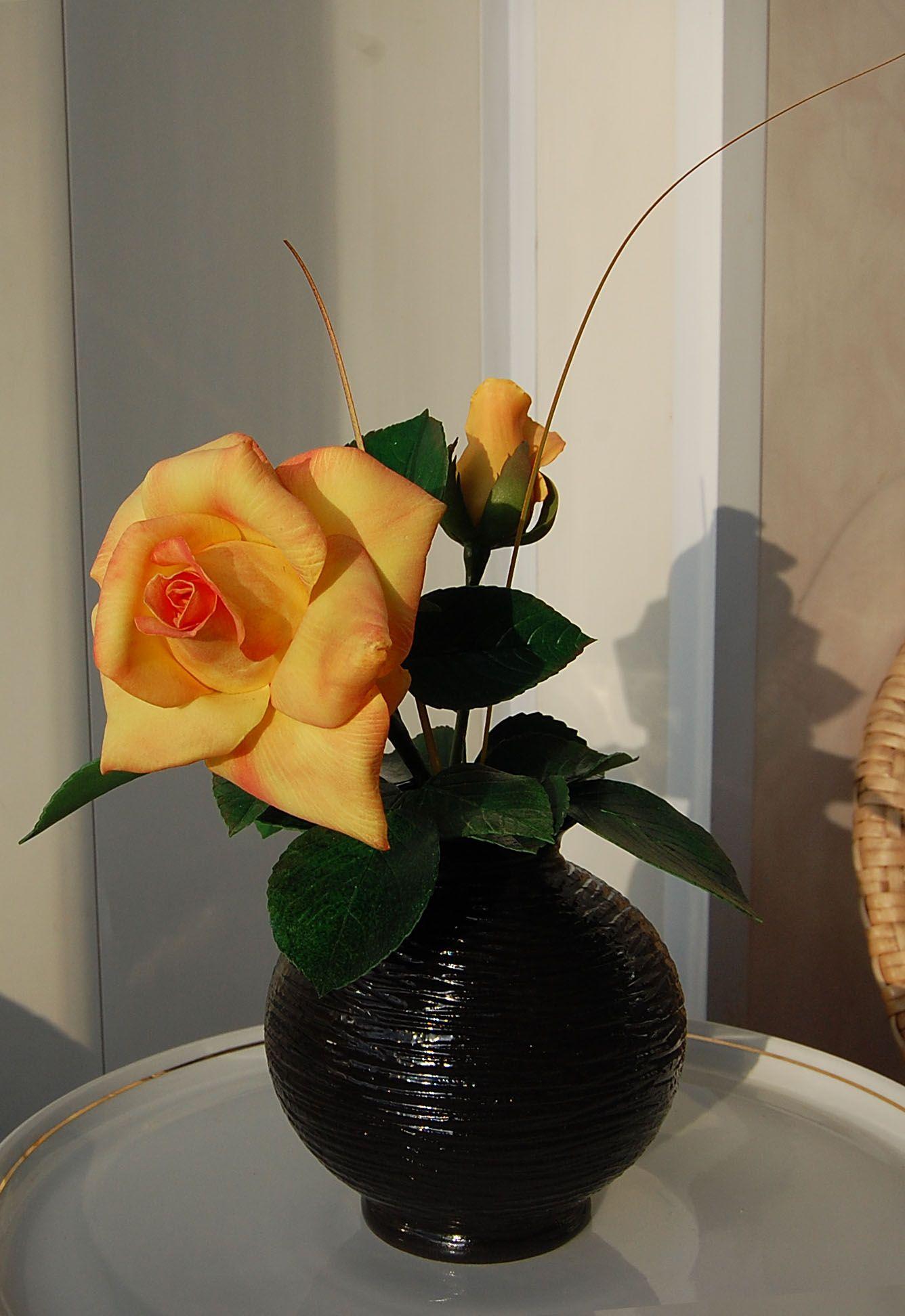 Роза в черной вазе | Розы, Ваза, Цветы