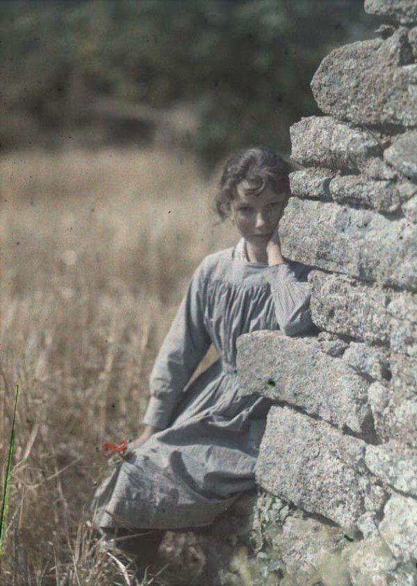 Early color photography: Gustave Gain, Jeune fille accoudée à un mur, date unknown