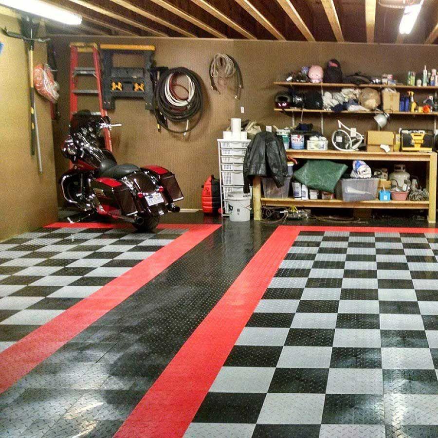 рядом друзья красивые гонщики в гараже фото нашего портала