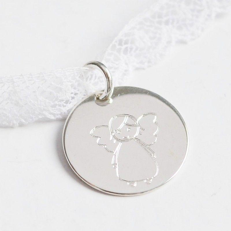 e10591a2753a Gargantilla medalla de plata con angelito grabado. Gargantilla en cinta de  encaje para niñas con
