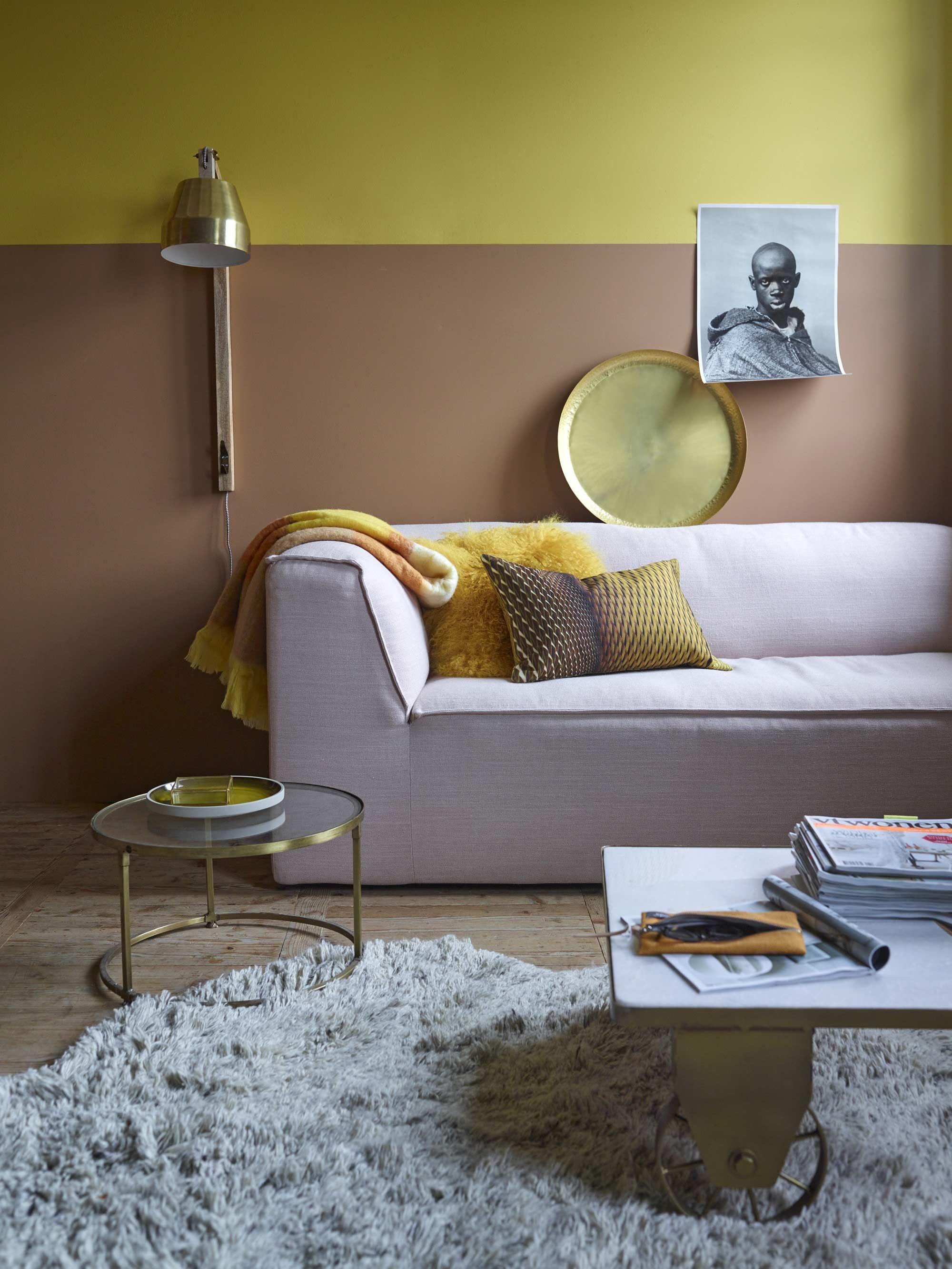 Woonkamer met geel/roze muur en roze bank | Living room with yellow ...