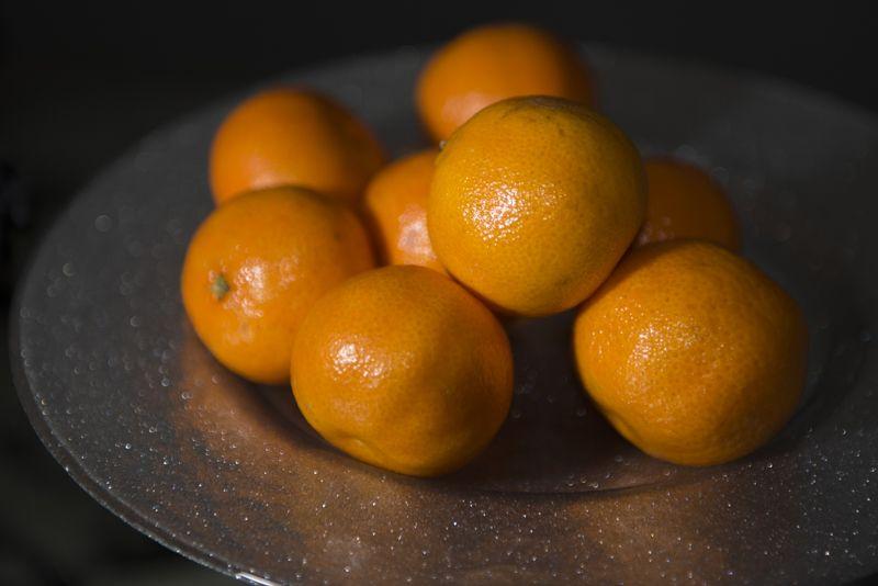 Delle bucce lasciate quasi per caso sulla ghisa bollente e nell'aria si sprigiona un aroma intenso e dolce allo stesso tempo. Il consueto appuntamento invernale, una piacevole certezza: le clementine, figlie di un amore inatteso fra mandarino e arancia colorano l'inverno...