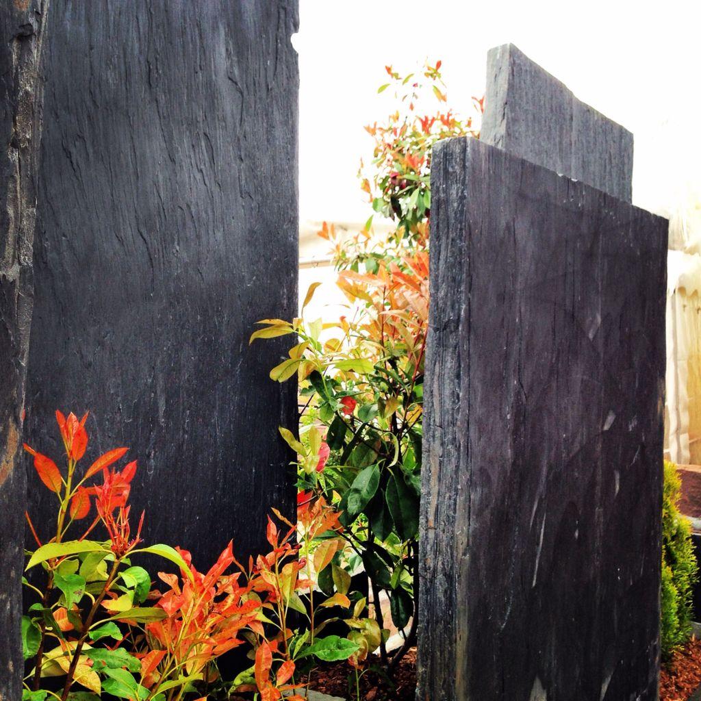 schieferstelen als sichtschutz verbaut messestand galabau c huhn mhi nbs naturstein f r. Black Bedroom Furniture Sets. Home Design Ideas