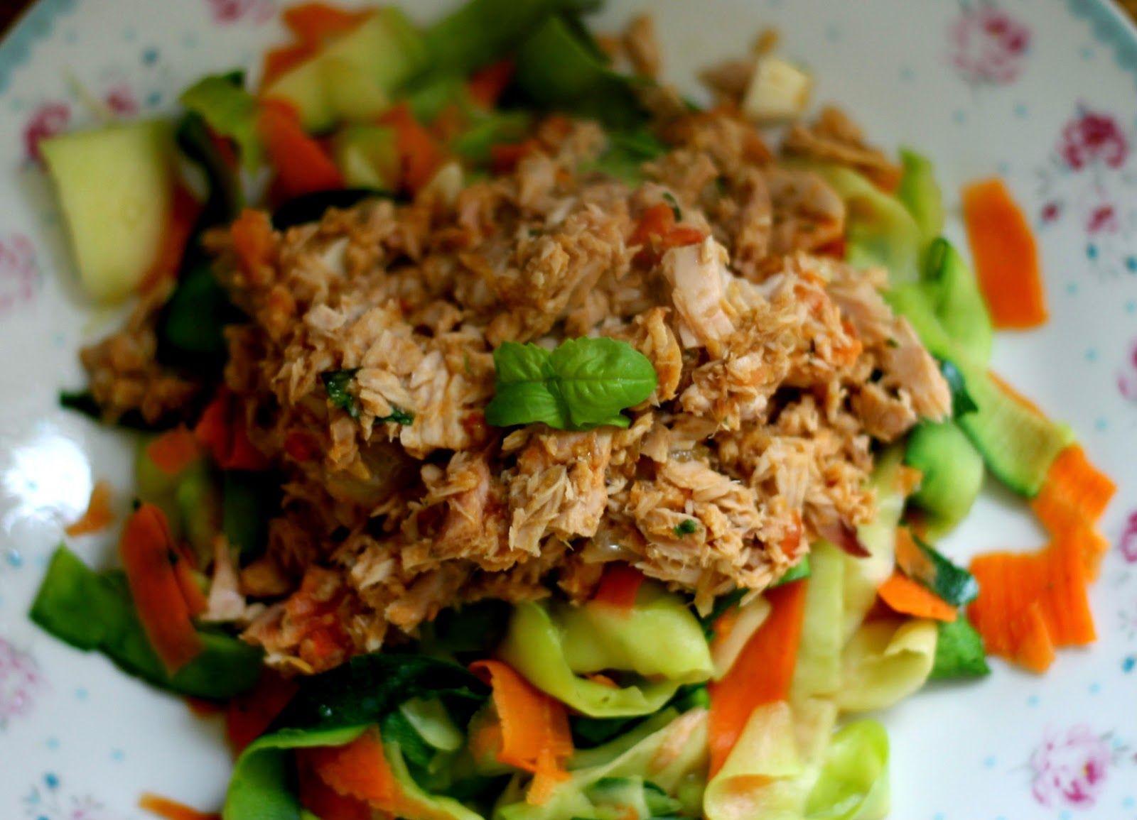 NA ZDROWIE!: Tagliatelle z cukinii i marchewki z obłędnym sosem tuńczykowym
