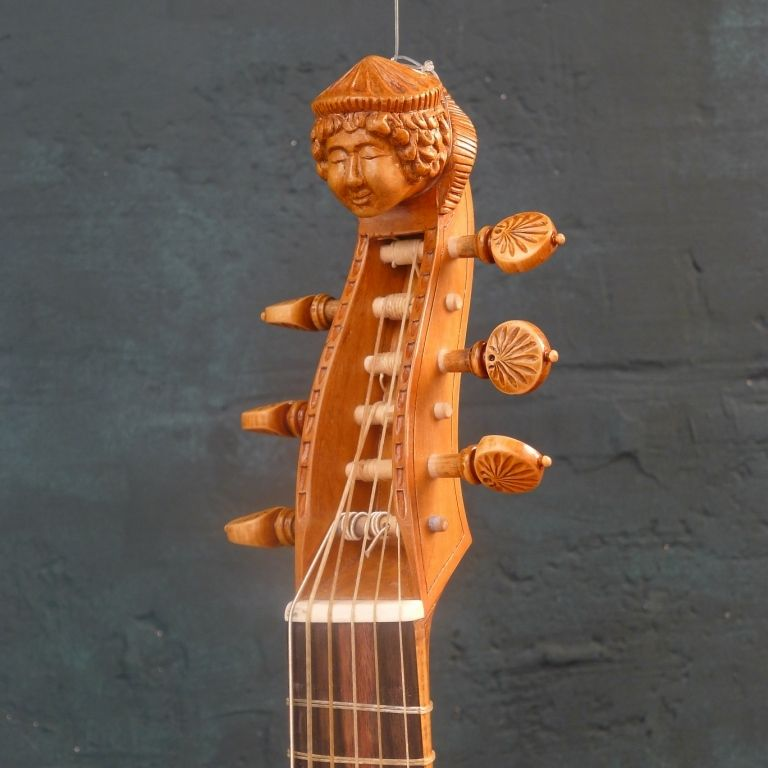 Dessus de Viole - modèle Louis GUERSAN Table en épicéa Fond, éclisses et manche en érable ondé Tête sculptée Chevilles en buis tournées, motif conque Diapason 35.5cm