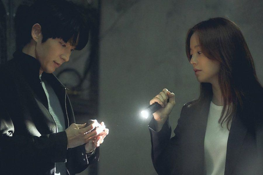 "Lee Joon Gi And Moon Chae Won Are On A Tense Search In ""Flower Of Evil"""