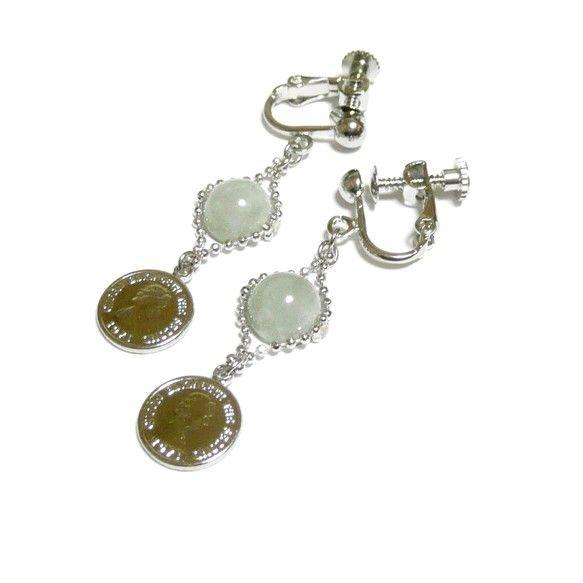 上質な翡翠硬玉ジェダイドと、コインのチャームが一緒に揺れるイヤリングです。・・・・・・・・・・・・・・・~作品概要~・主体石:ジェダイド/翡翠硬玉(8mm丸珠...|ハンドメイド、手作り、手仕事品の通販・販売・購入ならCreema。