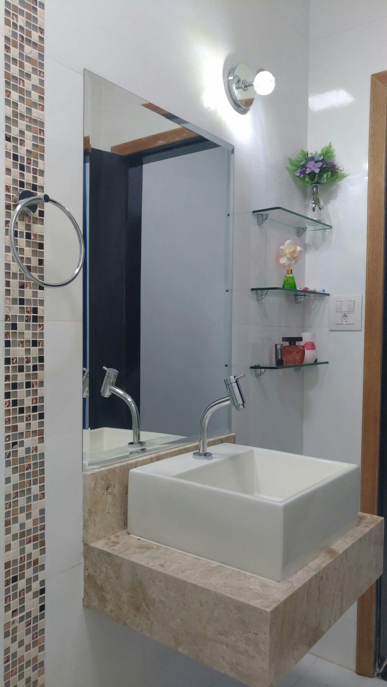 Banheiro Social Simples : Banheiro social branco com tons bege prateleiras de