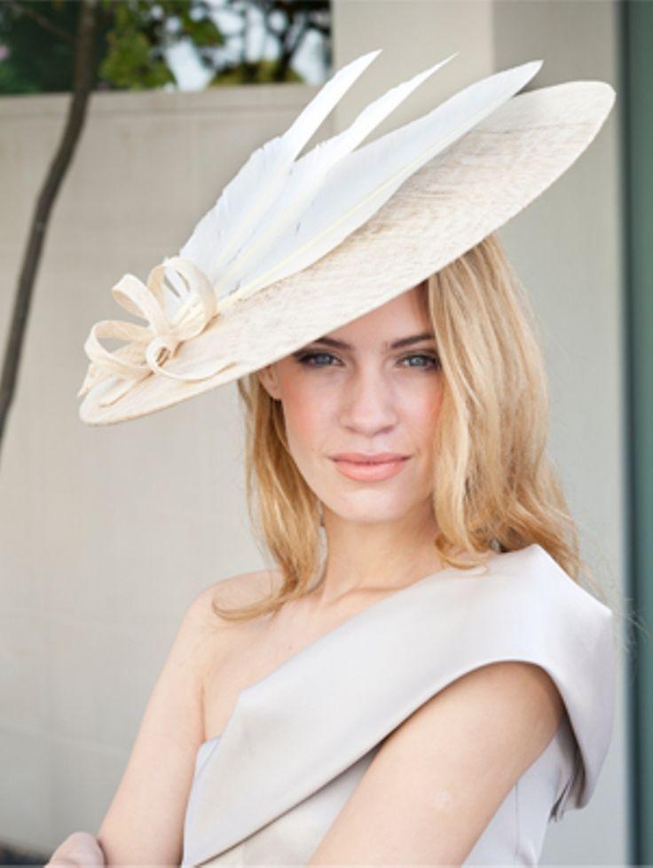 Wie man eine perfekte Hut-Frisur für Hochzeitsereignis ...