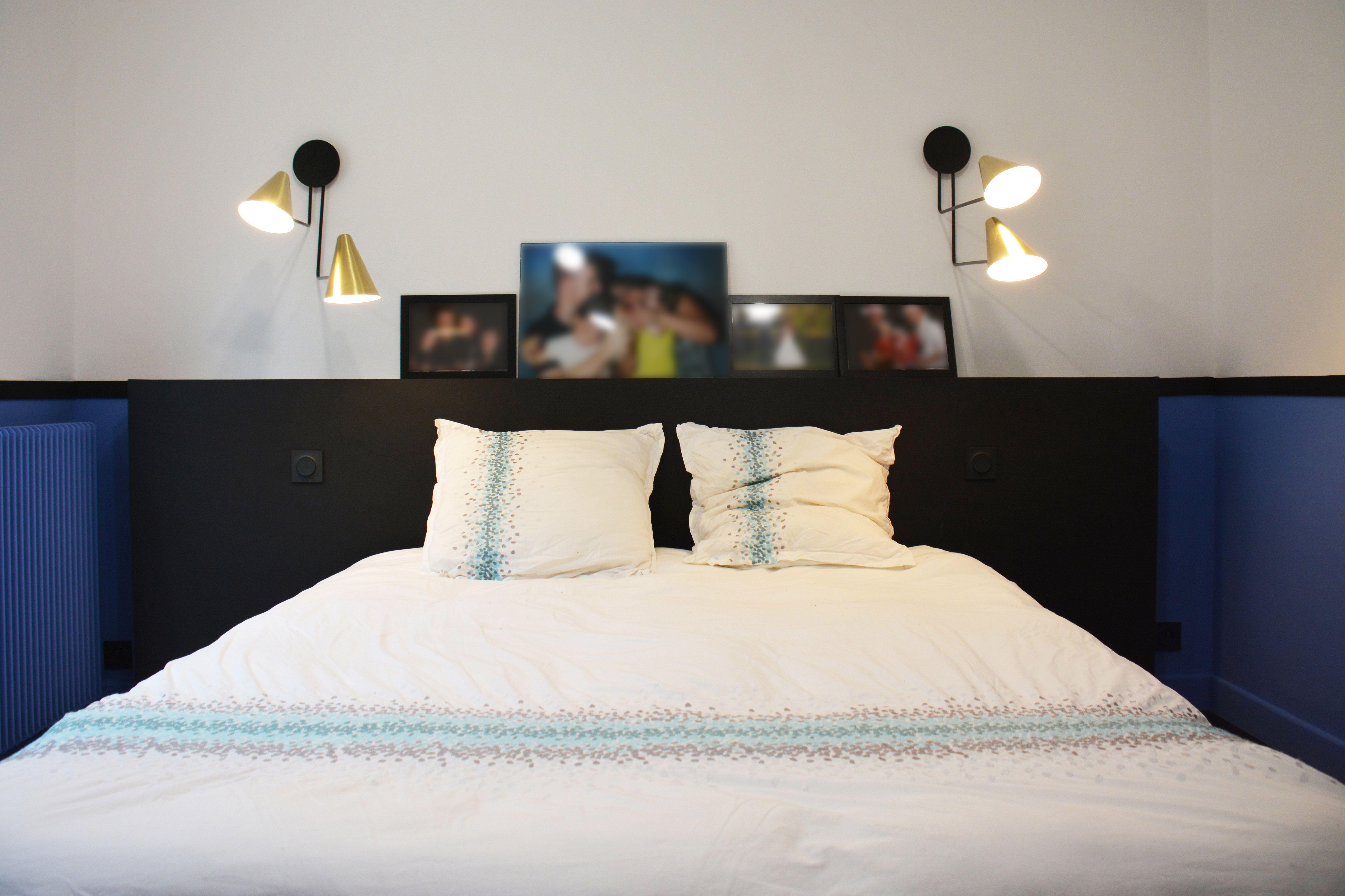 Chambre parentale bleu blanc et noir un soubassement bleu nuit