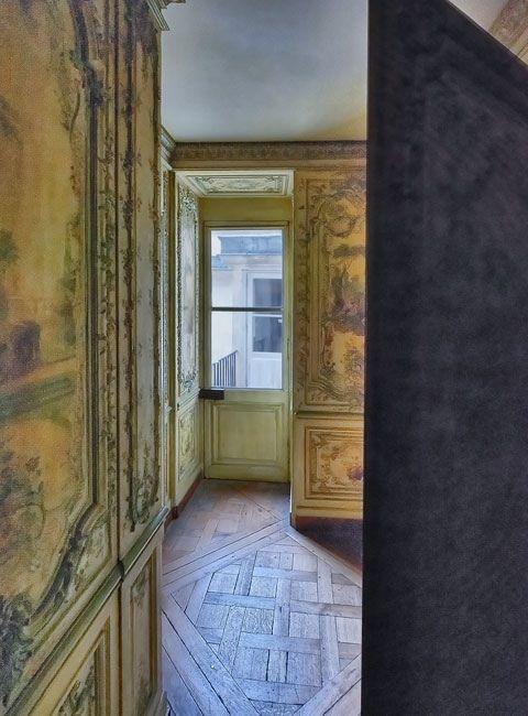 https://flic.kr/p/dzTRHP   Cabinet des poètes - 2/5   Cette pièce minuscule est une exception à Versailles, la seule entièrement décorée de panneaux peints en vernis Martin, une technique destinée à remplacer la laque. À l'origine ces panneaux ornaient l'appartement de Marie-Josèphe de Saxe, et Marie-Antoinette les fit remonter à cet emplacement qui est officiellement connu sous le nom d'arrière-cabinet. Un des lieux cachés du château...