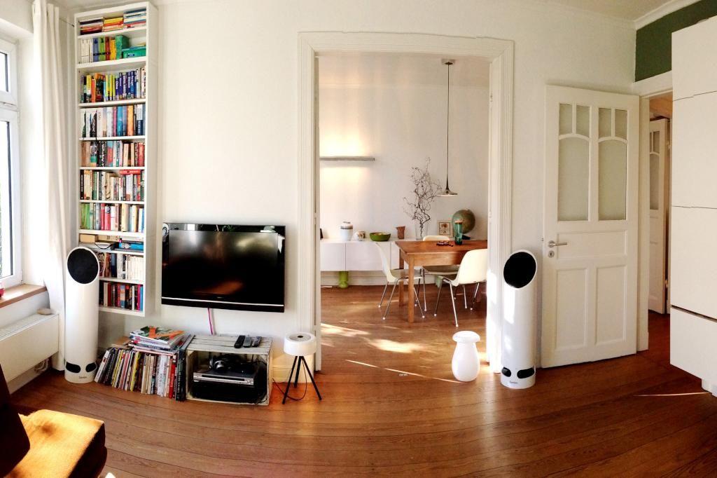 Blick Von Wohnzimmer Ins Esszimmer Einer Wunderschnen Hamburger Altbauwohnung Mit Bcherregal Und Modernem Fernseher Wohnung