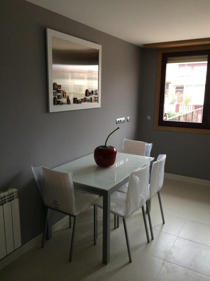 Mesa en cristal sillas blancas y cuadro marco blanco con fondo en ...