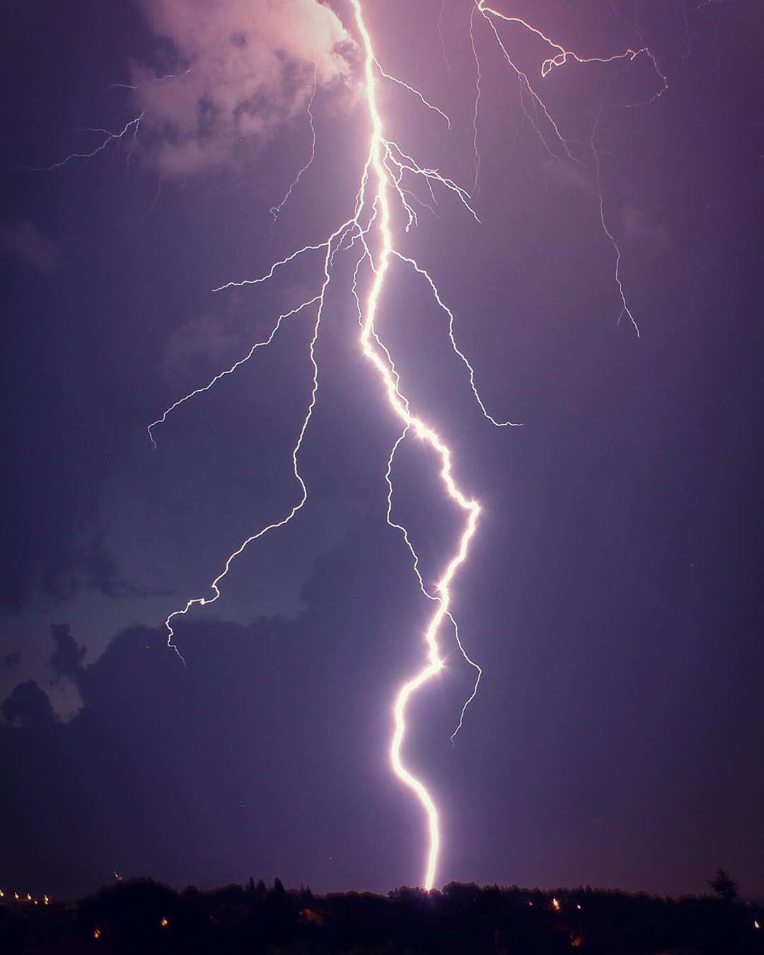 Straight from the sky!! Beautiful!!! #naturephotography #nature #lightning #lightningstrike #worldisbeautiful #world #nature #naturalphenomenon #sky #darksky #skyphotography #lightningphotography