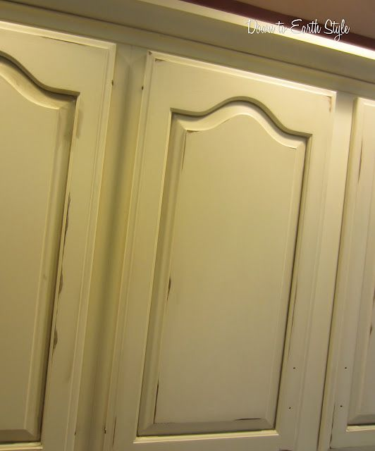 cool tutorial to explain how to get shabby chic distressed/glazed cabinets.
