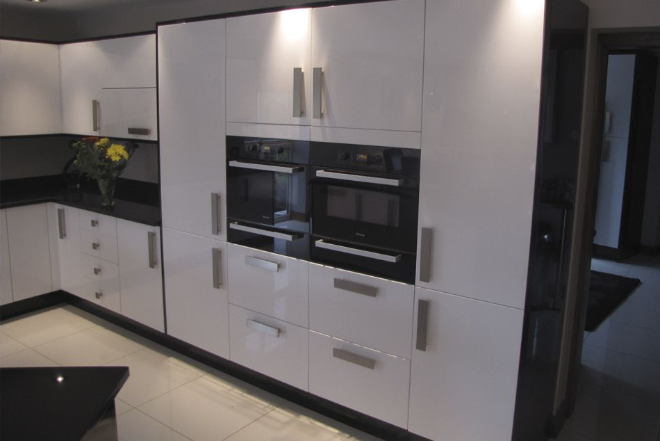 Comtemporary white and black gloss kitchen ideas for the for Black gloss kitchen ideas