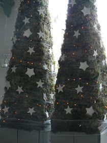 Twee alternatieve reuzenkerstbomen sieren mijn voorraam deze kerst (je kon ze al een beetje zien op de achtergrond van een foto in mijn v...