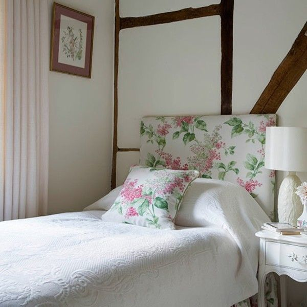 kleines Schlafzimmer gestalten weiße Bettdecke Kissen in floralen ...