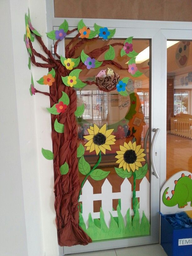 Classroom door spring school pinterest sala de for Porte decorate scuola