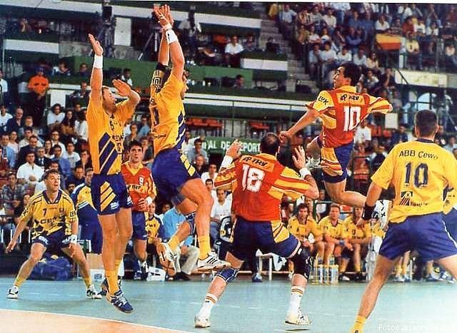 Campeonato de Europa 1996 ESP-SWE 24-23. Talant Duesvahev (10), Mateo Garralda (9) y Aitor Etxaburu (18). Los jugadores suecos de izquierda a derecha son Eric Hajas (7), Ola Lindgren (5), Magnus Wislander (3) y Robert Andersson (10).