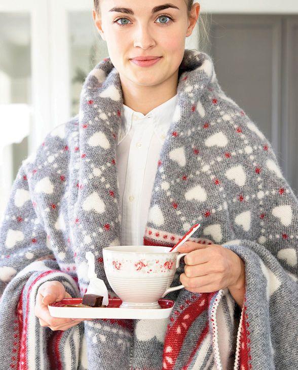 Gemütliche Stimmung mit der Vilma Wolldecke und Vilma Tasse von Greengate