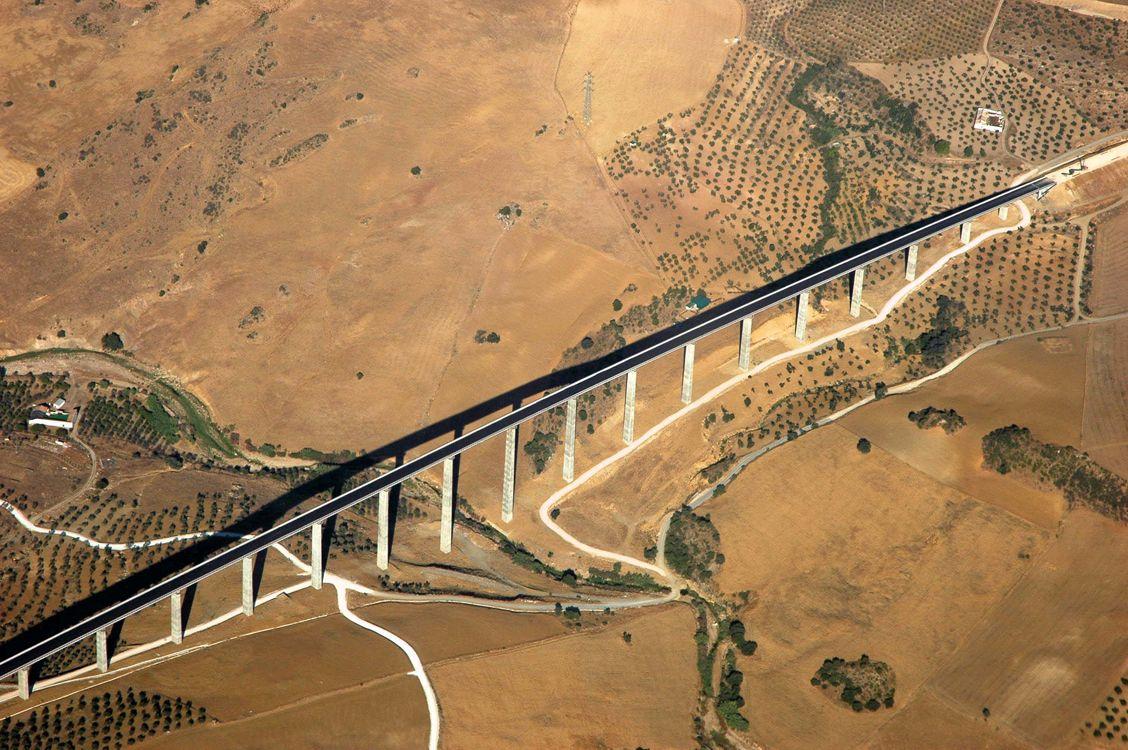 Línea y puente del AVE. Foto tomada desde un avión comercial. España 2006. Foto de #ignaciokindworth 2006.