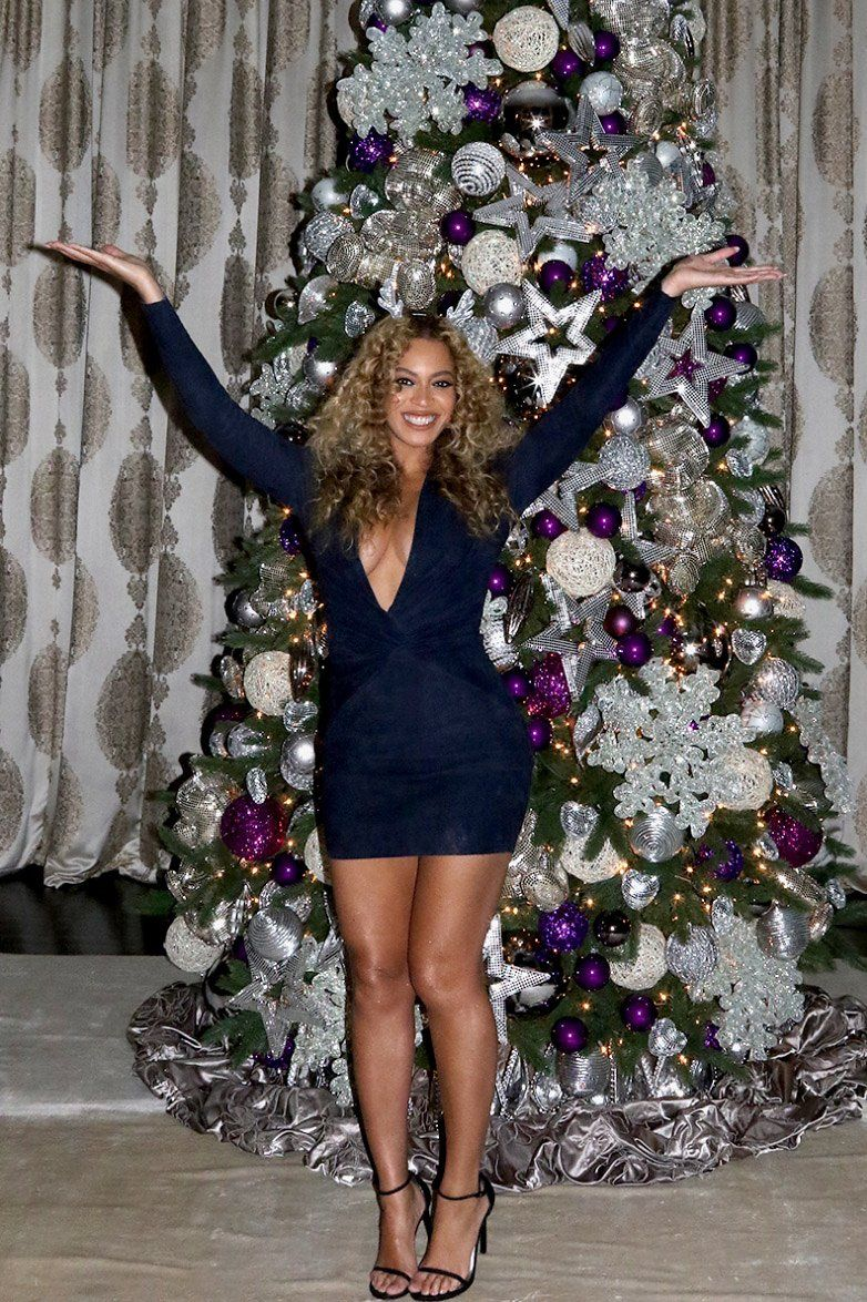 How The Christmas Tree Selfie Became An Instagram Sensation Beyonce Christmas Beyonce Beyonce Style