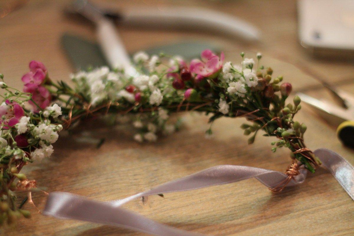 Blumenarmband mit echten BLumen  Frisur und Blumenschmuck